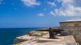 Sikt av det caribian havet från taket av den antient fästningen, Kuba royaltyfria foton
