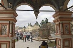 Sikt av det centrala varuhuset och monumentet i Moskva, Ryssland royaltyfria bilder