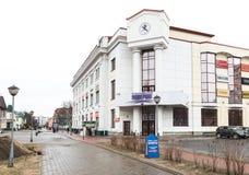 Sikt av det centrala varuhuset på den Chumbarova-Luchinskogo avenyn i Arkhangelsk Royaltyfria Foton