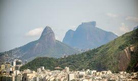 Sikt av det Copacabana området på bakgrunden av Vidigal distict, det Dois Irmaos berget och Pedra da Gavea, Rio de Janeiro fotografering för bildbyråer