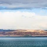 Sikt av det döda havet och Jerusalem på vintersoluppgång Royaltyfria Bilder