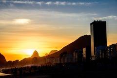Sikt av det Dois Irmaos berget och Pedra da Gavea på backgrounen fotografering för bildbyråer
