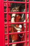 Sikt av det engelska telefonbåset i landskapet Guadalajara, Spanien Närbild vertikalt Arkivbilder