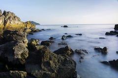 Sikt av det ensamma trädet och havet i landskapchanthaburi Arkivfoton