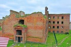 Sikt av det förstörda droppfängelsefallet från det Golovina tornet i fästningen Oreshek nära Shlisselburg, Ryssland Royaltyfri Fotografi