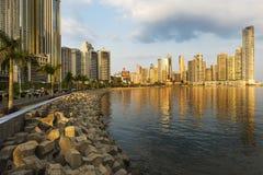 Sikt av det finansiella området och havet i Panama City, Panama, på solnedgången arkivbild