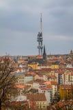 Sikt av det futuristiska radioutsändningtornet i Prague Royaltyfri Bild