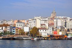 Sikt av det Galata tornet och staden, från den motsatta kusten Royaltyfri Fotografi
