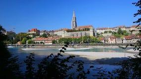 Sikt av det gamla centret för Bern med floden Aare Bern är huvudstad av Schweiz och den fjärde mest tätbefolkade staden i Schweiz lager videofilmer