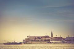 Sikt av det gamla fortet och skeppet som svävar på havet Budva Montenegro Royaltyfri Foto