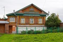Sikt av det gamla trähuset i den Suzdal staden Ryssland Arkivbilder