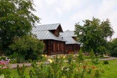 Sikt av det gamla trähuset i den Suzdal staden Ryssland Arkivfoto