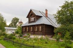 Sikt av det gamla trähuset i den Suzdal staden Ryssland Arkivbild