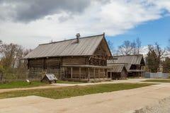 Sikt av det gamla trähuset i Ryssland Royaltyfri Fotografi