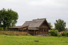 Sikt av det gamla trähuset i Suzdal Ryssland Arkivbild