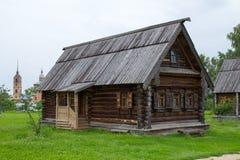 Sikt av det gamla trähuset i Suzdal Ryssland Royaltyfri Fotografi