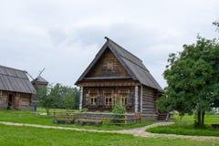 Sikt av det gamla trähuset i Suzdal Ryssland Fotografering för Bildbyråer