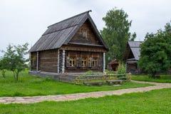 Sikt av det gamla trähuset i Suzdal Ryssland Royaltyfri Foto