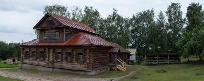 Sikt av det gamla trähuset i Suzdal Ryssland Royaltyfria Bilder