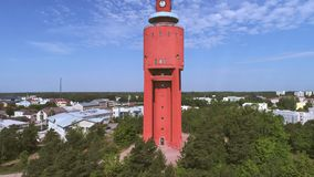 Sikt av det gamla vattentornet solig dagsommar Hanko Finland antennvideo arkivfilmer