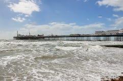 Sikt av det grova havet och den Brighton pir i UK Arkivfoto