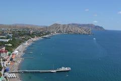 Sikt av det härliga azura havet i sommar royaltyfri foto