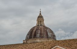 Sikt av det härliga helgonet Peter Dome royaltyfri foto