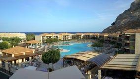 Sikt av det härliga moderna hotellet på kuster av det Aegean havet Rhodes Greece arkivfilmer