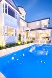 Sikt av det härliga och attraktiva huset på kusten i natten arkivbilder
