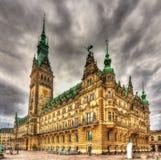 Sikt av det Hamburg stadshuset Arkivfoton
