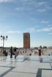 Sikt av det hassan tornet med turister, Rabat arkivfoton
