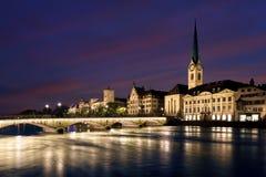 Sikt av det historiska Zurich centret med berömda Fraumunster Chur Arkivbild