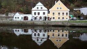Sikt av det historiska Zurich centret med den berömda Grossmunster kyrka-, Limmat floden och Zurich sjön Zurich är det störst stock video