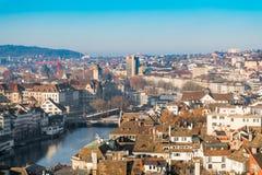 Sikt av det historiska Zurich centret med den switzerlan Limmat floden Arkivfoton