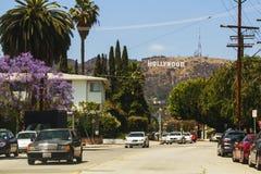 Sikt av det Hollywood tecknet från staden arkivbild
