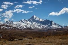 Sikt av det Huayna Potosi berget i Cordillera verklig near La Paz, Bolivia arkivbilder