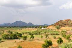 Sikt av det indiska lantliga landskapet, Puttaparthi, Andhra Pradesh, Indien Kopiera utrymme för text Arkivfoton