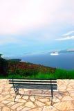 Sikt av det Ionian havet och en bänk Royaltyfri Fotografi