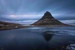 Sikt av det Kirkjufell berget, Island Arkivbilder