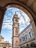 Sikt av det Klocka tornet av Bernascone på den romanska basilikan av den San Vittore kyrkan i Varese, Italien Arkivbild