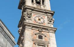 Sikt av det Klocka tornet av Bernascone på den romanska basilikan av den San Vittore kyrkan i Varese, Italien Royaltyfri Foto