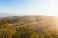 Sikt av det lantliga landskapet i dimma Royaltyfria Foton
