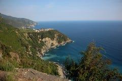 Sikt av det Ligurian havet från Corniglia, Italien Royaltyfri Bild