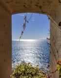 Sikt av det Ligurian havet till och med ett fönster arkivfoton
