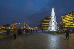 Sikt av det London stadshuset på natten med julgranen Royaltyfri Bild