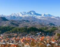 Sikt av det Lovcen berget och den Cetinje staden. Montenegro. Arkivbild
