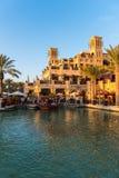 Sikt av det Madinat Jumeirah hotellet i Dubai Arkivfoton