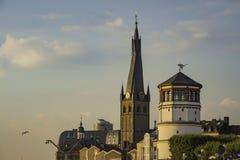 Sikt av det maritima museet bredvid kapell för St Lambertus i Dusseldorf, Tyskland arkivfoto