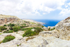 Sikt av det medelhavs- från klipporna av Dingli klippor i Malta Royaltyfria Foton
