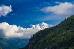 Sikt av det Mont Blanc maximumet från gummilackad'Emosson nära schweizisk stad av Finhaut och fransk stad av Chamonix Royaltyfri Foto